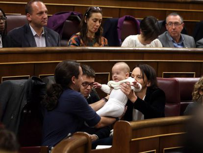 Carolina Bescansa with her baby in Congress on Wednesday.