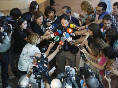 Podemos leader Pablo Iglesias surrounded by the press.