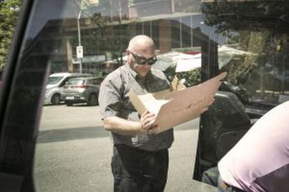 Francesc Manchón prepares one of the meal boxes in order to deliver it.