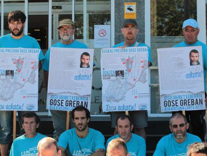Supporters of Iosu Uribetxeberria demand his freedom outside Donostia Hospital Thursday.