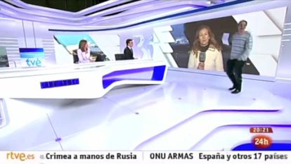 The intruder enters the TVE set during a live broadcast.