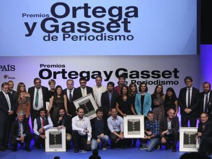 The current and past editors of EL PAÍS and this year's award winners.
