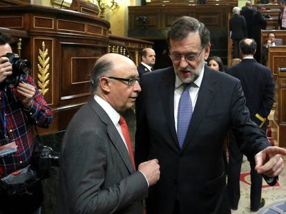 Mariano Rajoy (right) with Finance Minister Cristóbal Montoro last week.