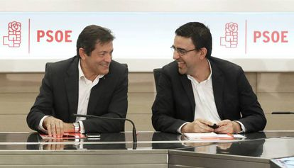Javier Fernández (l), head of the PSOE interim management team.