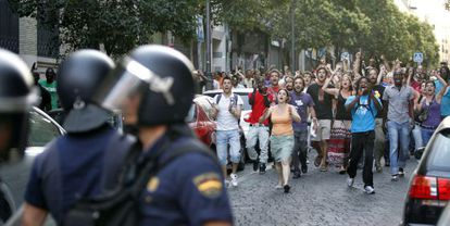 Residents of Lavapiés confront a group of police on a raid in the central Madrid neighborhood.