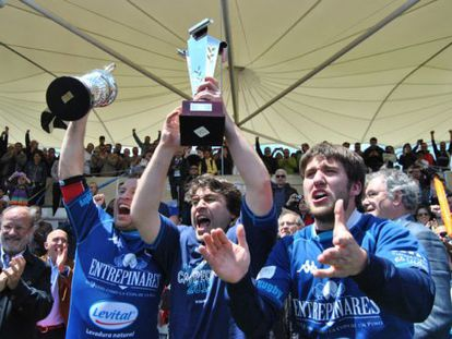 The Quesos Entrepinares of Valladolid celebrate winning the league title.