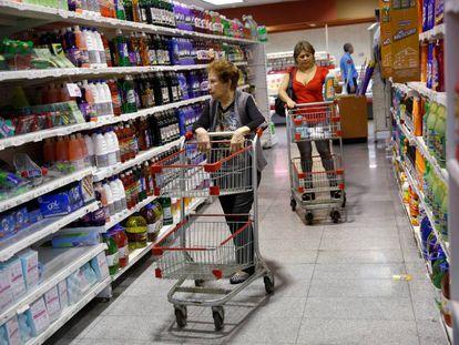 Shoppers inside a supermarket in Caracas.