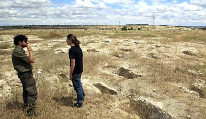 Rows of Visigothic tombs at the Vicálvaro necropolis.