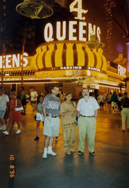 Gonzalo García-Pelayo posing with his wife and children on working vacations in Las Vegas.