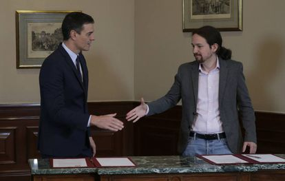 Pedro Sánchez (l) and Pablo Iglesias after signing their preliminary coalition deal in November.