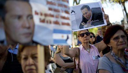 People hold a protest in favor of Alberto Nisman.
