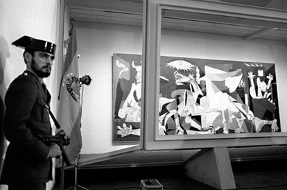 An armed civil guard keeps watch over 'Guernica,' in September 1981.