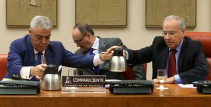 The governor of the Bank of Spain Luis Linde (center) addressing the congressional budget committee on October 4