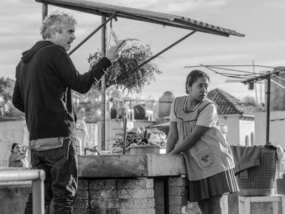 Alfonso Cuarón during the filming of 'Roma.' In the video, the official trailer for the film.