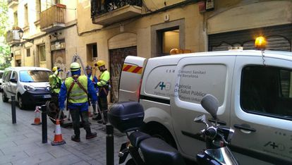 A team from the Barcelona Public Health Agency going down a manhole.
