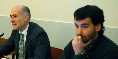 University of the Basque Country President Iñaki Goirizelaia (left), next to the author of the research, Josu Martínez.