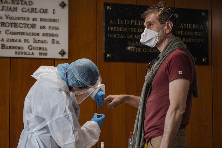 A health workers carries out a fast test for coronavirus in Seville.