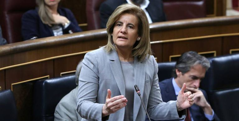 Labor Minister Fatima Bañez speaks in Congress.