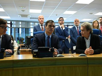 (l-r) Health Minister Salvador Illa, Prime Minister Pedro Sánchez, and Fernando Simón, the director of the Health Ministry's Coordination Center for Health Alerts.