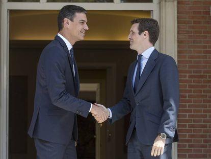 Pedro Sánchez (l) and Pablo Casado in Madrid.