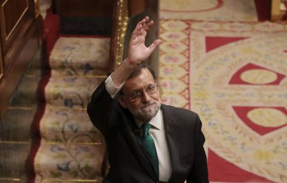 Mariano Rajoy waving goodbye after the no-confidence vote in Congress in 2018.