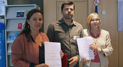 Ana Miranda of BNG (left) and members of a victim association.