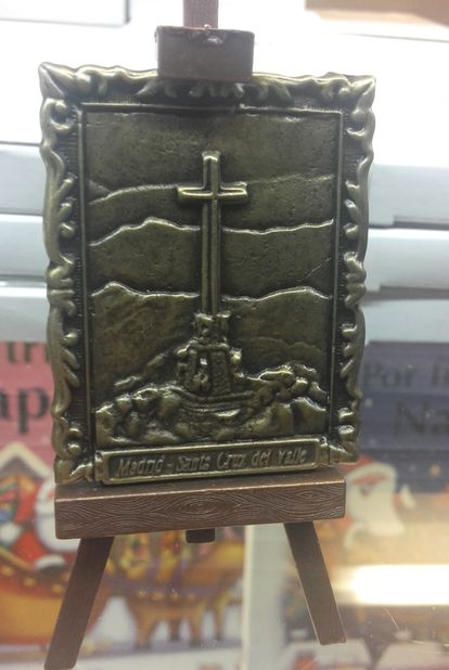 A miniature metal replica of a painting of the cross rests on the easel. Price: €4.50