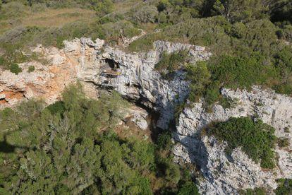 Researchers examine the Biniadrís cave in Menorca.