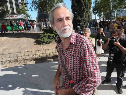 Willy Toledo leaves court in Madrid on Thursday morning.