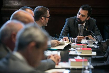 Catalan parliament speaker Roger Torrent (r) presides the meeting of the Mesa on Tuesday.