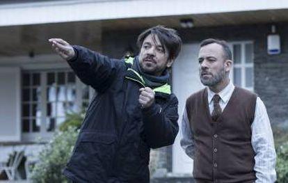 Oriol Paulo with Javier Gutiérrez while filming 'Mirage.'