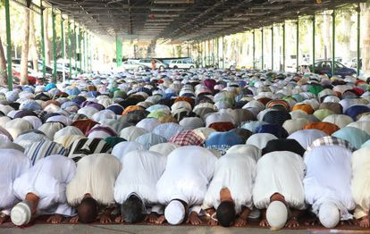 Muslim worshippers praying in a temporary location in Lleida. Debate is raging over plans for a new, permanent mosque.