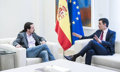 Pablo Iglesias (l) and Pedro Sanchez in the Moncloa palace.