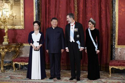 King Felipe VI of Spain (2R), Queen Letizia (R), Chinese president Xi Jinping (2L) and wife Peng Liyuan (L) at the Royal Palace.