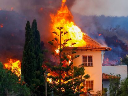 A house burns due to lava from the eruption of the volcano in La Palma.