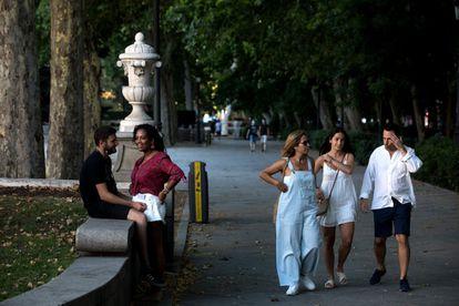 Pedestrians on Paseo del Prado.