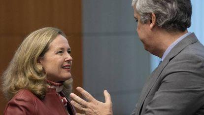 Economy minister Nadia Calviño, with the outgoing president of the Eurogrupo, Màrio Centeno of Portugal.