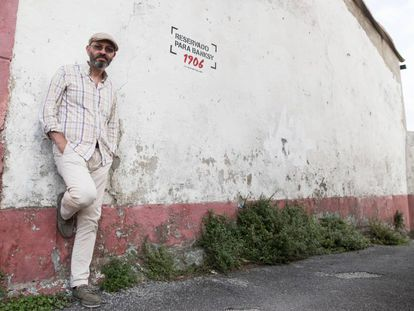 Eduardo Hermida, promoter of the Meninas de Canido, in front of the space reserved for Banksy.