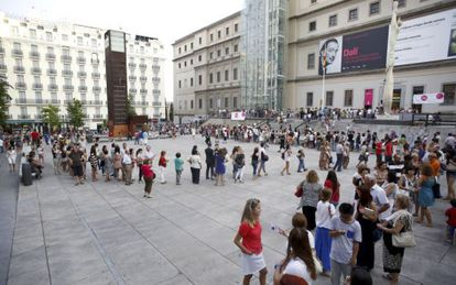 Scores of visitors wait in line to see the Dalí exhibition at the Reina Sofía.