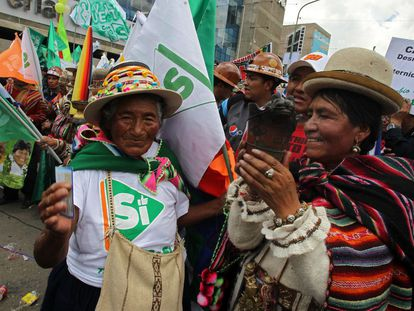 Morales supporters take part in the closing of the referendum campaign.