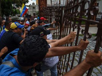 Angry pro-government protesters disrupted special session on whether to try President Nicolás Maduro