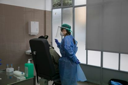 A coronvirus test is carried out in Barcelona.