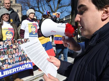 Opposition leader Juan Pablo López reads a letter written by Leopoldo López.