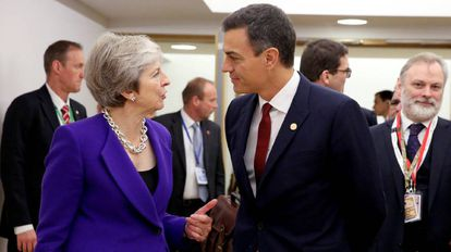 Pedro Sánchez speaks to British Prime Minister Theresa May in Brussels.