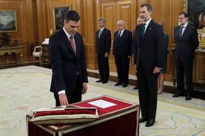 Pedro Sánchez takes office as prime minister, as his predecessor Mariano Rajoy (r) and King Felipe Vi (second from r) look on.