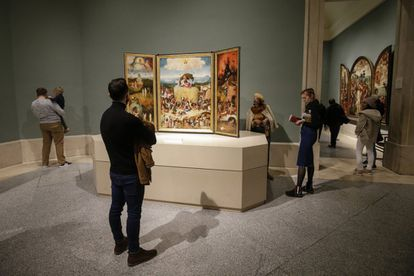 The Prado currently contains 8,100 works of art, of which 1,300 are on exhibit as part of the permanent collection. In the image, a visitor admires The Haywayn Triptych', by Hieronymus Bosch.
