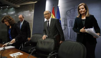 Economy Minister Luis de Guindos (second from left) with other ministers after the Friday Cabinet meeting.