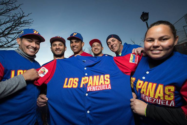 Members of the Madrid softball team, Los Panas de Venezuela. From left to right: Luis Salazar, Gerson Godoy, César Pérez, Carlos Alfaro, Víctor Miraglia and Marielis Sánchez.