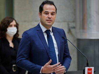 Madrid deputy premier Ignacio Aguado (r) and Madrid premier Isabel Díaz Ayuso on October 18.