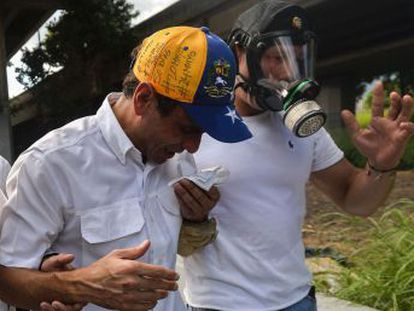 Henrique Capriles hit in face with helmet and punched by officers from Bolivarian National Guard